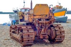 Máquina para tirar de los barcos y de los barcos en la orilla, en el backgro Fotografía de archivo libre de regalías