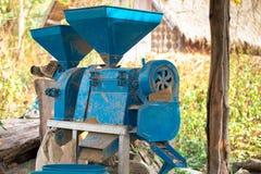 Máquina pequena do moinho de arroz após o trabalho na exploração agrícola, Foto de Stock
