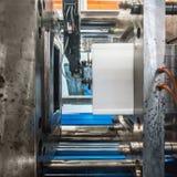 Máquina plástica da modelação por injeção que trabalha na fábrica imagens de stock