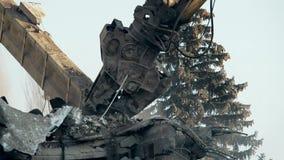 Máquina poderosa que puxa abaixo das paredes arruinadas da construção concreta abandonada video estoque