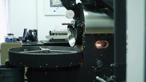 Máquina profesional del café para los granos de café de la asación Las habas crudas del café se vierten en el embudo para hacer u metrajes