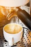 Máquina profesional del café que hace el café express en un café Fotos de archivo