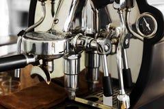 Máquina profesional del café que hace el café express en un café Imagenes de archivo