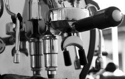 Máquina profesional del café que hace el café express en un café Foto de archivo