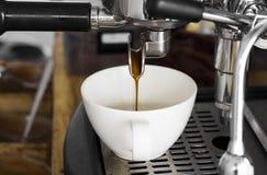 Máquina profesional del café que hace el café express en un café Foto de archivo libre de regalías