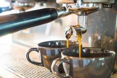 Máquina profesional del café que hace el café express en un café Imagen de archivo libre de regalías