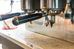 Máquina profesional del café que hace el café express en un café Imagen de archivo