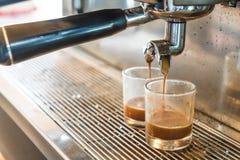 Máquina profesional del café que hace el café express en un café Fotografía de archivo libre de regalías
