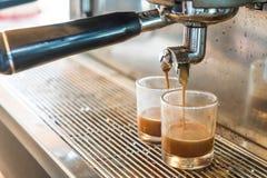 Máquina profesional del café que hace el café express en un café Fotografía de archivo