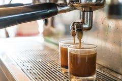 Máquina profesional del café que hace el café express en un café Imágenes de archivo libres de regalías