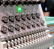 Máquina profesional e industrial de la materia textil - del bordado Imagenes de archivo
