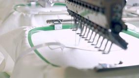 Máquina profesional e industrial de la materia textil - del bordado El bordado de máquina es un proceso del bordado por el que un almacen de metraje de vídeo