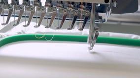 Máquina profesional e industrial de la materia textil - del bordado El bordado de máquina es un proceso del bordado por el que un almacen de video