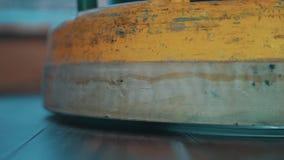 Máquina pulidora del piso amarillo que falla el suelo laminado de madera