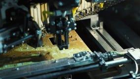 Máquina que fabrica a la placa de circuito electrónica almacen de metraje de vídeo