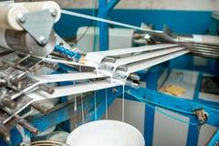 Máquina que faz o empacotamento de papel do tubo Fotos de Stock Royalty Free