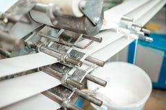 Máquina que faz o empacotamento de papel do tubo Imagens de Stock