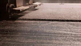 Máquina que hace la capa del asfalto almacen de video