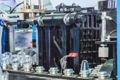 Máquina que moldea del soplo en fábrica Imagen de archivo libre de regalías