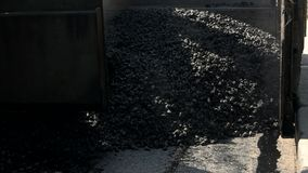 Máquina que pone el asfalto almacen de video