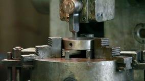 Máquina que ranura industrial almacen de metraje de vídeo