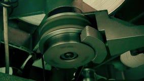 Máquina retra para difundir una película de cine vieja, cierre del funcionamiento del comienzo para arriba