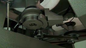 Máquina retra para difundir una película de cine vieja, funcionamiento del comienzo
