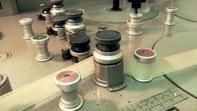 Máquina retra profesional para difundir una película de cine vieja, funcionamiento de la parada almacen de metraje de vídeo