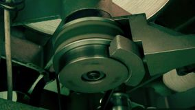 Máquina retro para transmitir um filme de filme velho, fim do funcionamento do começo acima vídeos de arquivo