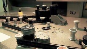 Máquina retro profissional para transmitir um filme de filme velho, funcionamento do começo vídeos de arquivo
