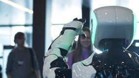 Máquina robótica de la presentación y su poder delante de una audiencia de seres humanos almacen de metraje de vídeo