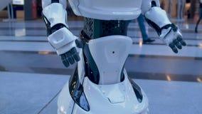 Máquina robótica de la presentación y su poder delante de una audiencia de seres humanos almacen de video
