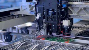Máquina robótica moderna produciendo piezas de la electrónica Máquina de fabricación automatizada 4K metrajes