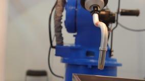 Máquina robótico automatizada - braço mecânico para a soldadura industrial filme