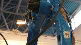 Máquina robótico automatizada - braço mecânico para a soldadura industrial vídeos de arquivo