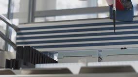 Máquina robótico dos exames médicos modernos, laboratório de pesquisa genético molecular, PCR vídeos de arquivo