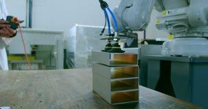 Máquina robótico que escolhe o metal pelo aperto da sução no armazém 4k vídeos de arquivo