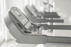 Máquina running no gym com exposição fotografia de stock