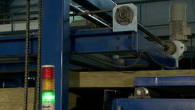 Máquina running para a produção de painéis de sanduíche video estoque