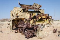 Máquina segador abandonada que aherrumbra lejos profundamente en el desierto de Namib de Angola fotos de archivo