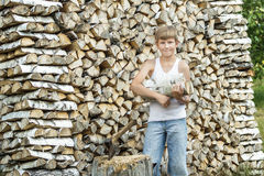 Máquina segador adolescente del timberjack en el trabajo Fotos de archivo libres de regalías