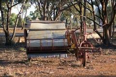 Máquina segador del vintage en parque cerca del camino foto de archivo libre de regalías