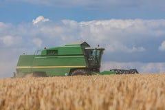 Máquina segador en campo de maíz Imagen de archivo