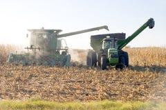 Máquina segador que viene a través del maíz Fotografía de archivo libre de regalías