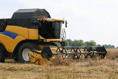 Máquina segadora en campo de trigo Foto de archivo