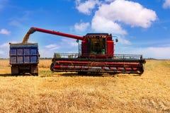 Máquina segadora en un campo de trigo Imágenes de archivo libres de regalías
