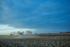 Máquina segadora polvorienta del rastrojo del trigo en la puesta del sol fotos de archivo libres de regalías