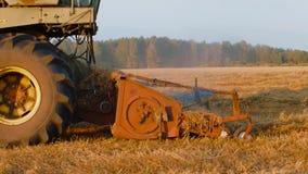 Máquina segadora que trabaja en campo de la avena en otoño en la cámara lenta metrajes