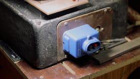 A máquina soviética da imprensa de broca está sendo ligada com um botão filme