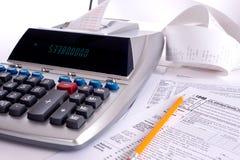 Máquina sumadora con las formas de impuesto Imagen de archivo